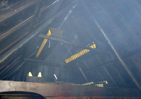 Wędzenie zimnym dymem na specjalnych półeczkach – komornikach